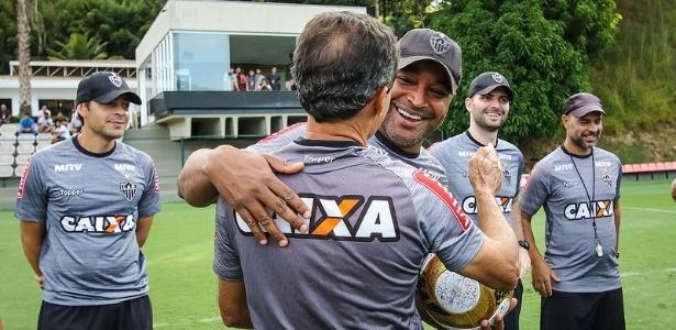 Roger Machado ganhou uma bola assinada pelos jogadores do Atlético-MG pela conquista estadual