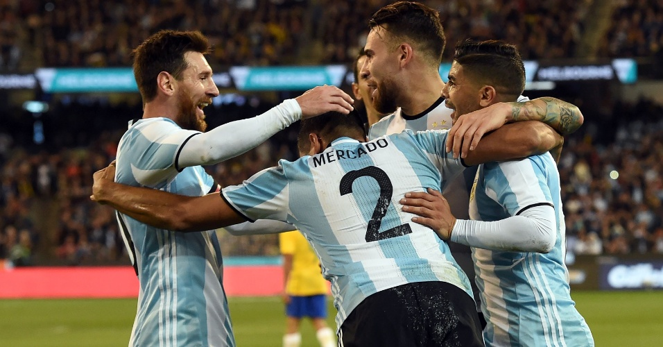 Argentina festeja gol no amistoso contra o Brasil