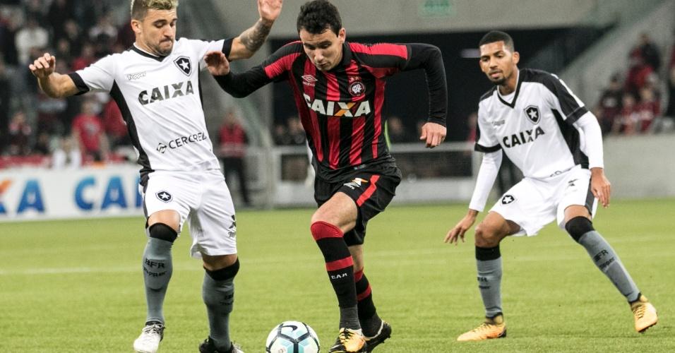 Victor Luiz tenta impedir avanço de Pablo em Atlético-PR x Botafogo