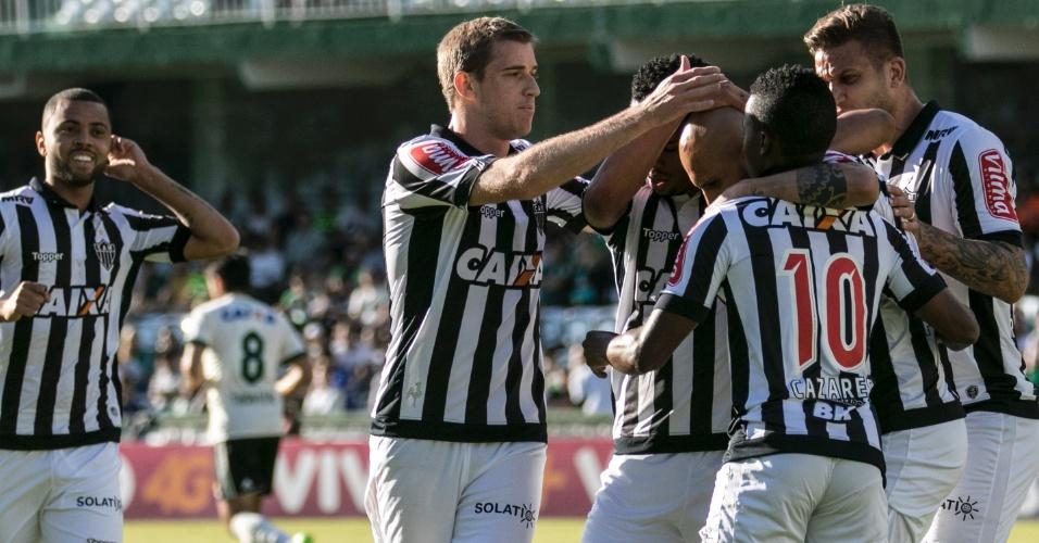 Jogadores do Atlético-MG comemoram gol marcado por Fabio Santos contra o Coritiba