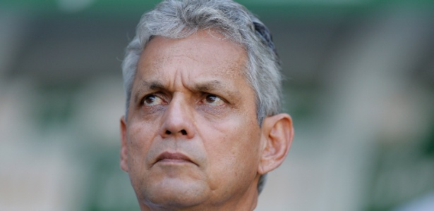 O técnico Reinaldo Rueda orienta Everton Ribeiro no jogo contra o Palmeiras