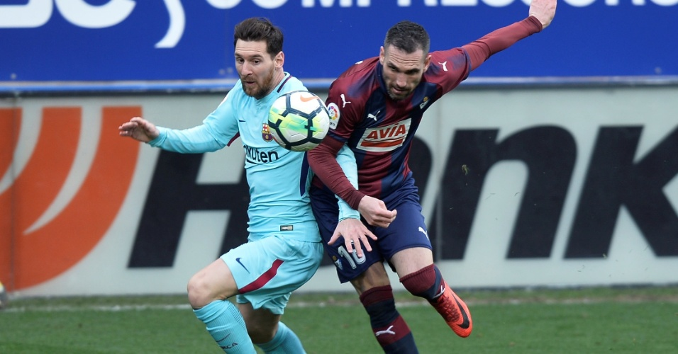 Messi disputa lance com Arbilla, do Eibar