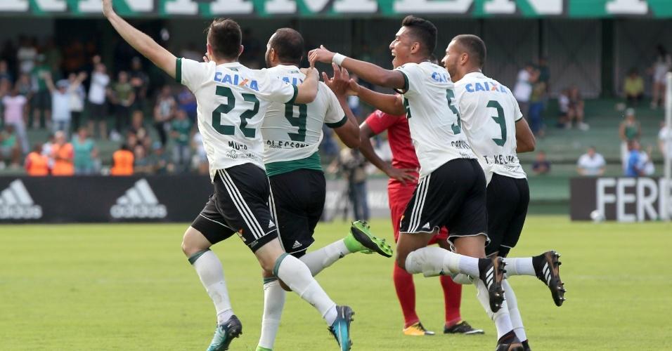 Jogadores do Coritiba comemoram gol de Alecsandro diante do Rio Branco na decisão do primeiro turno do Paranaense