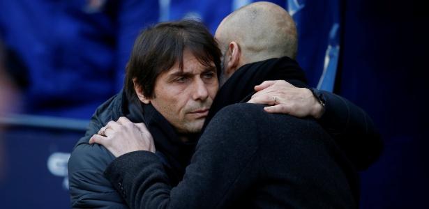 Conte abraça Guardiola antes do jogo entre Manchester City e Chelsea