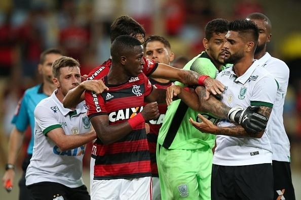 Jogadores de América-MG e Flamengo se desentendem no Maracanã, em duelo do Campeonato Brasileiro de 2018.