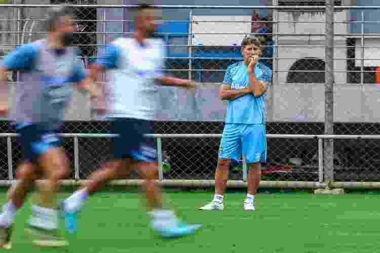 Renato Gaúcho observa jogadores do Grêmio durante treino tático - Lucas Uebel/Grêmio - Lucas Uebel/Grêmio