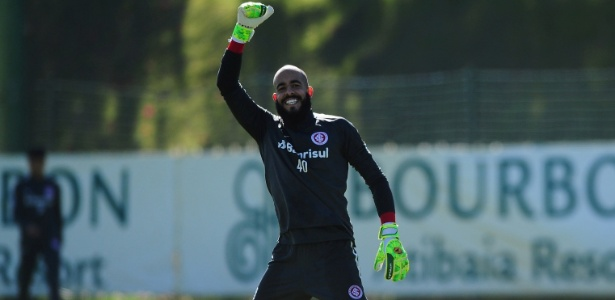 Danilo Fernandes acena; lesão tirou goleiro do Inter de boa parte da temporada - Ricardo Duarte/Inter