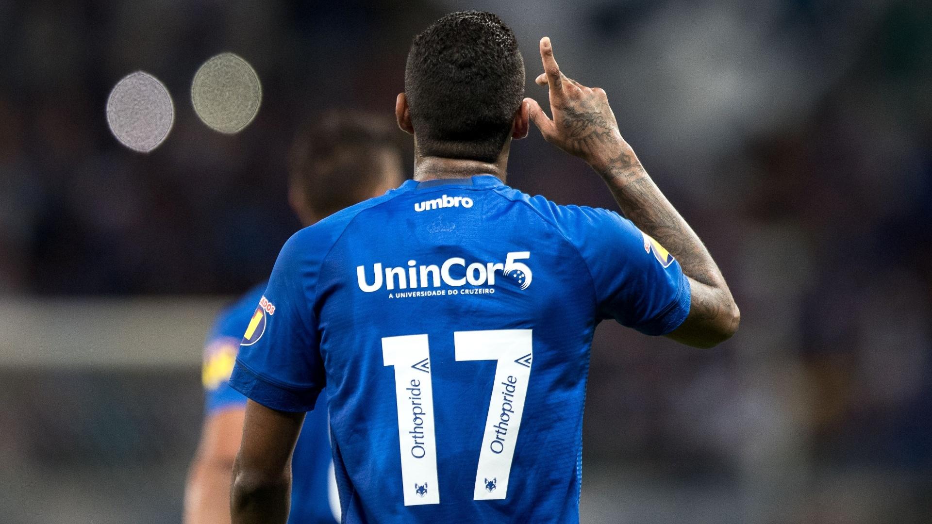 Raniel comemora gol do Cruzeiro sobre o Fluminense