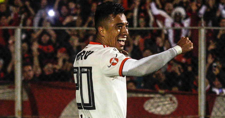 O atacante Uribe comemora o terceiro gol do Flamengo diante do Paraná