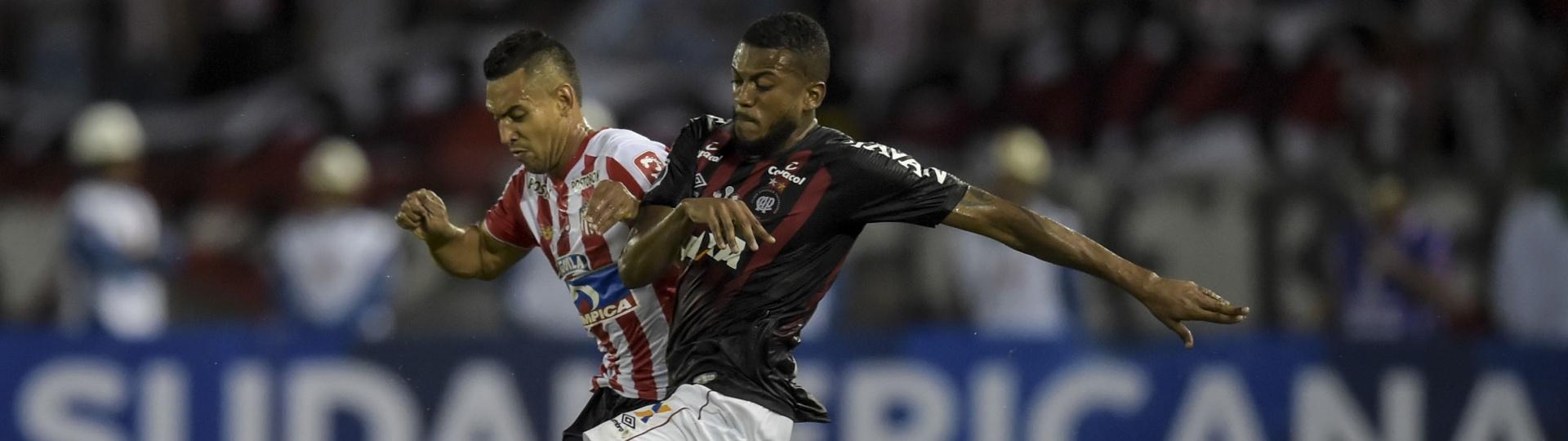 Marcelo Cirino disputa bola durante Junior de Barranquilla x Atlético-PR