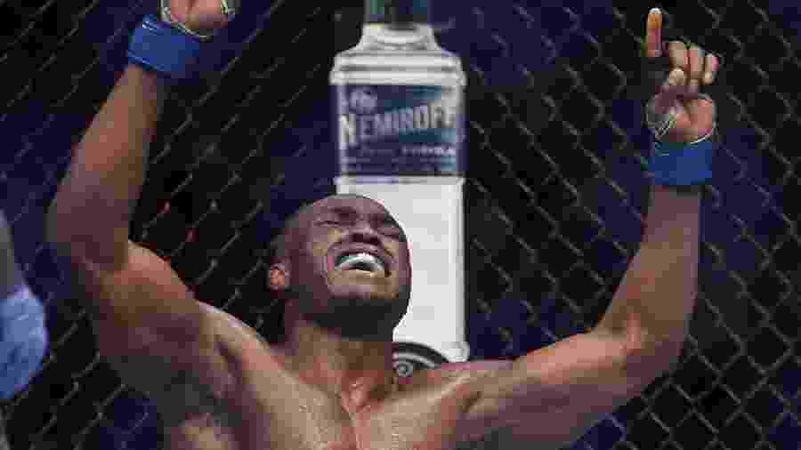 Kamaru Usman após vitória sobre Tyron Woodley  - Stephen R. Sylvanie/USA TODAY Sports