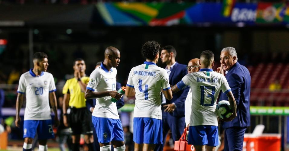 Jogadores do Brasil em jogo contra Bolívia na Copa América