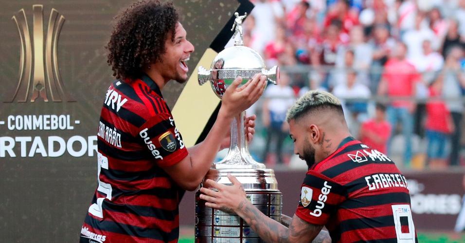 William Arão e Gabigol com a taça da Libertadores