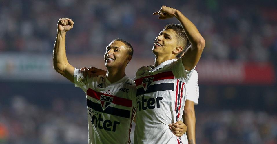Antony e Vitor Bueno comemoram gol do São Paulo contra o Inter