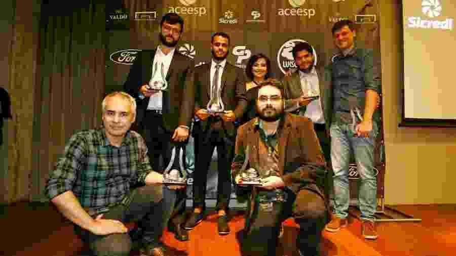 Equipe do UOL Esporte com os troféus de Furo do Ano e Melhor Matéria de 2019 no prêmio Aceesp 2019 - Gaspar Nóbrega/Aceesp