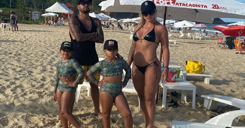 Dentinho, Dani Souza e as filhas gêmeas do casal, Rafaella e Sophia