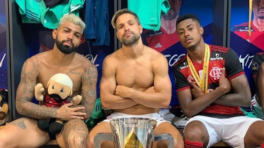 Gabigol, Diego e Bruno Henrique posam com taça da Supercopa do Brasil conquistada pelo Flamengo - Reprodução/Instagram