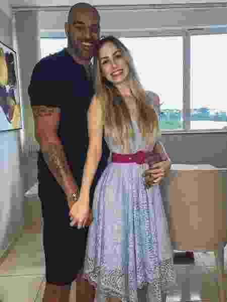 Adriano Imperador posa para foto com a namorada, Victoria Moreira - Reprodução/Instagram