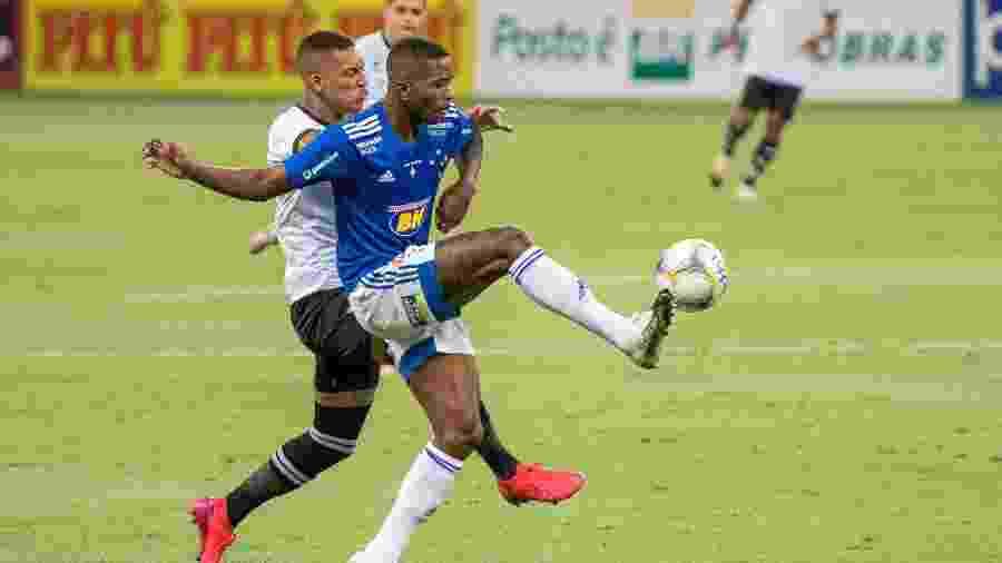 Cacá disputa lance durante jogo do Cruzeiro contra o Figueirense - Alessandra Torres/AGIF
