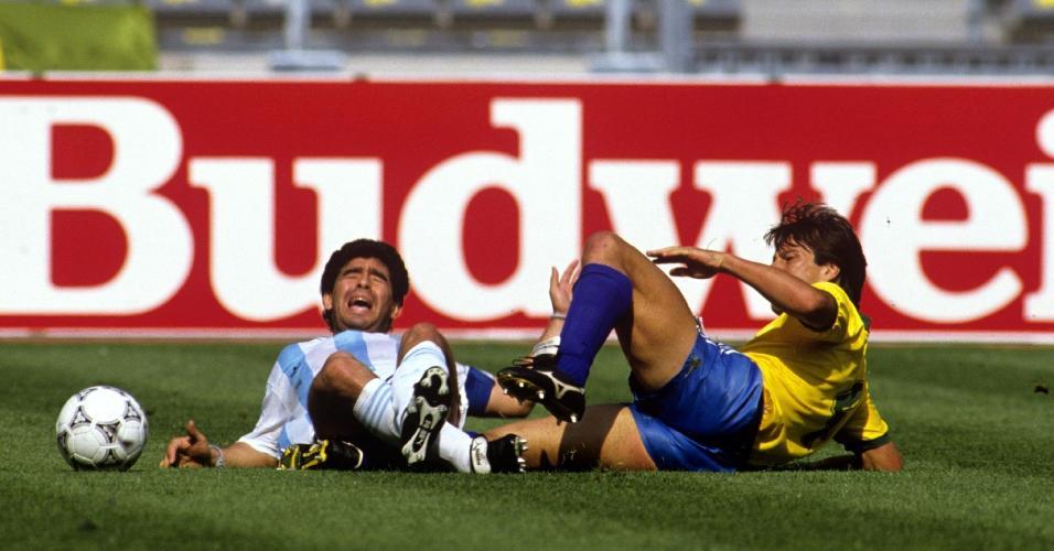 Diego Maradona divide bola com Dunga na partida entre Argentina x Brasil na Copa do Mundo de 1990