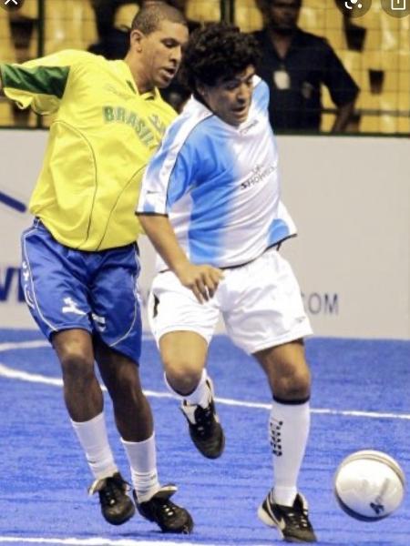 Djalminha disputa lance com Maradona em partida de Showbol - Reprodução