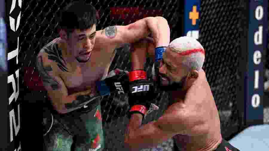 Deiveson Figueiredo (à direita) e Brandon Moreno trocam golpes no UFC 256, em Las Vegas (EUA) - Divulgação/UFC