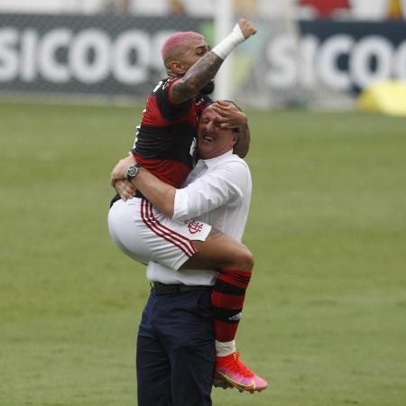 Gabigol celebra con Rogerio Ceni el segundo gol del Flamengo ante el Corinthians, en el Maracaná, para el Brasilerao 2020 - Paulo Sergio / Contenido del estadio - Contenido de Paolo Sergio / Estada