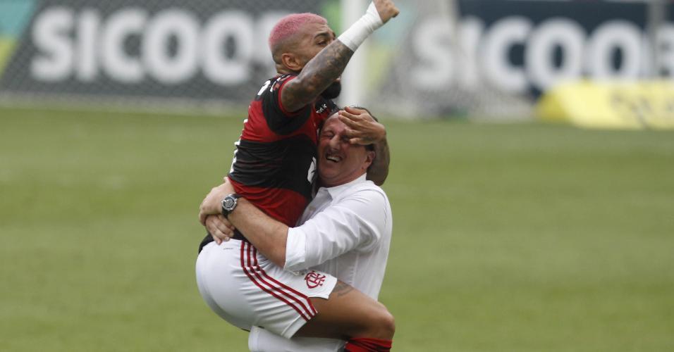 Gabigol comemora com Rogério Ceni o segundo gol do Flamengo contra o Corinthians, no Maracanã, pelo Brasileirão 2020
