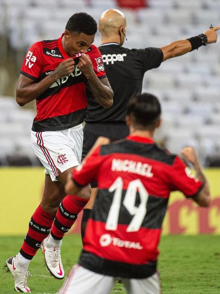 Sob olhares de Michael, Vitinho comemora gol do Flamengo sobre o Volta Redonda - Alexandre Vidal / Flamengo