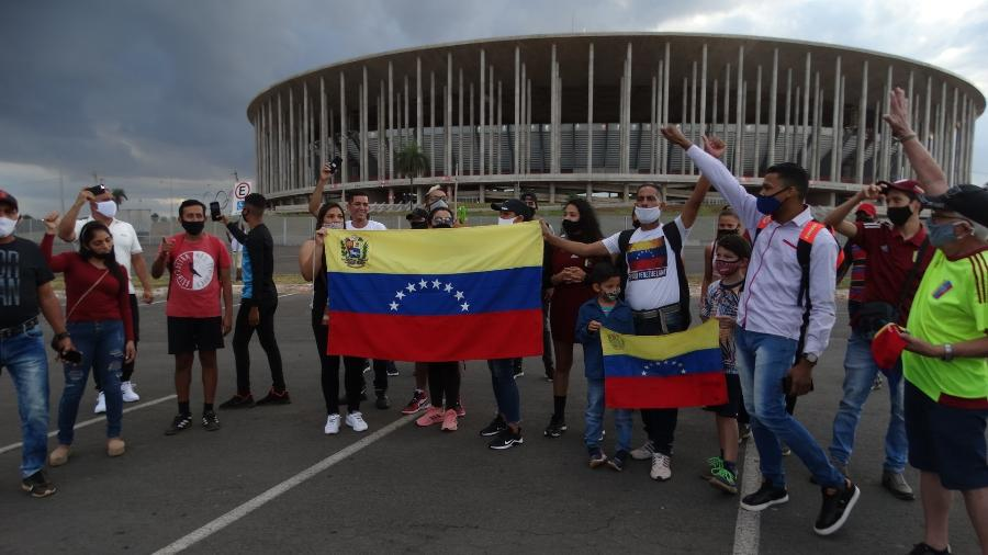 Torcedores da Venezuela esperam delegação nos arredores do Mané Garrincha - Marinho Saldanha/UOL