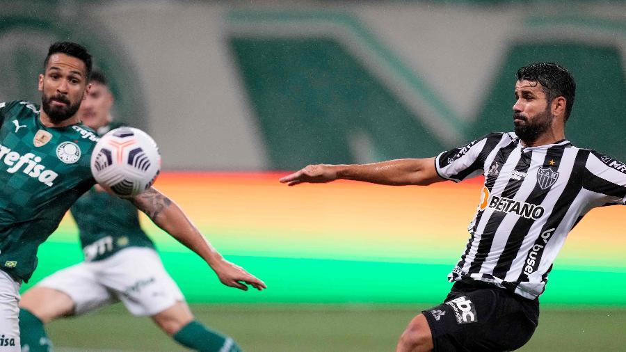 Diego Costa em ação pelo Atlético-MG na semifinal da Libertadores da América contra o Palmeiras - AFP