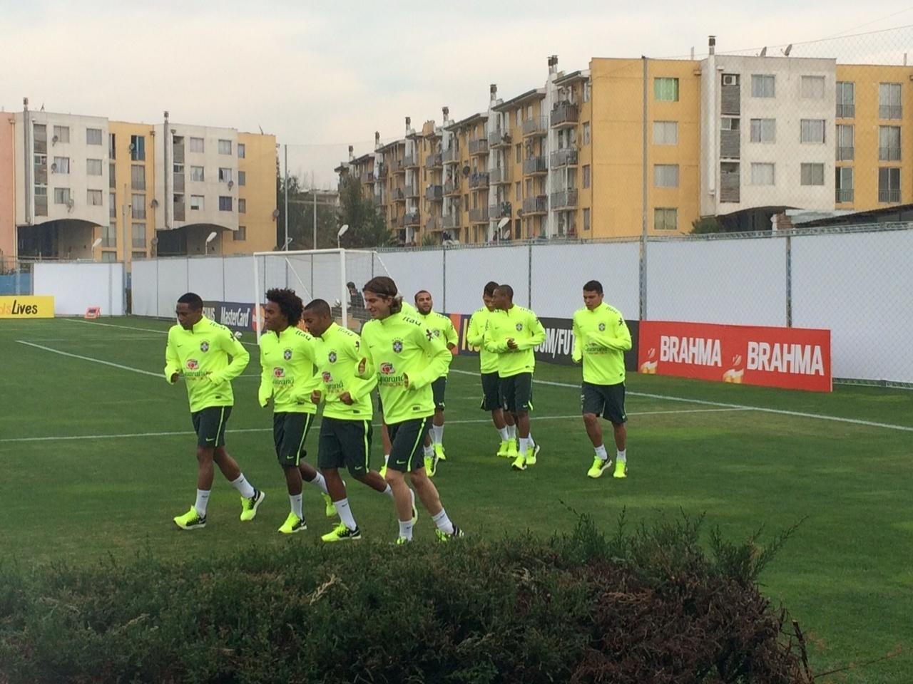 Titulares da seleção brasileira correm em volta do gramado no primeiro treino do time após a conquista da vaga no mata-mata da Copa América, no Chile