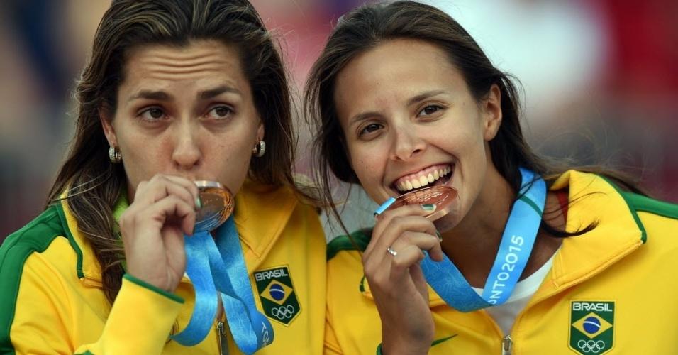 Carol e Lili, dupla do vôlei de praia, comemoram medalha de bronze no Pan de Toronto