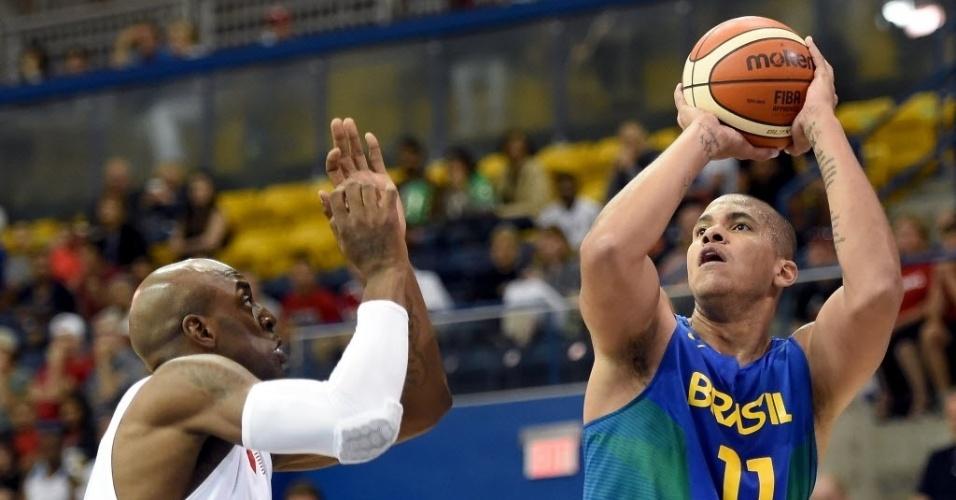 Rafael Hettsheimeir arremessa para o Brasil contra os EUA no Pan de Toronto