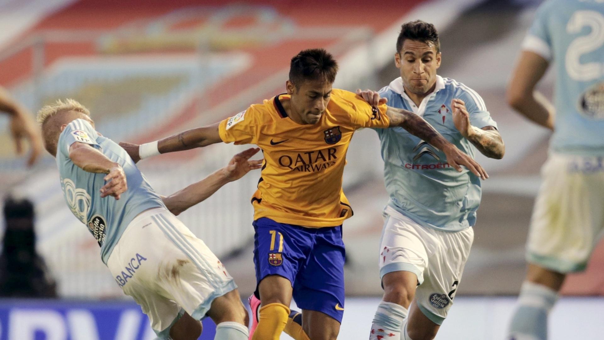 Neymar tenta alcançar a bola no confronto entre Barcelona e Celta de Vigo