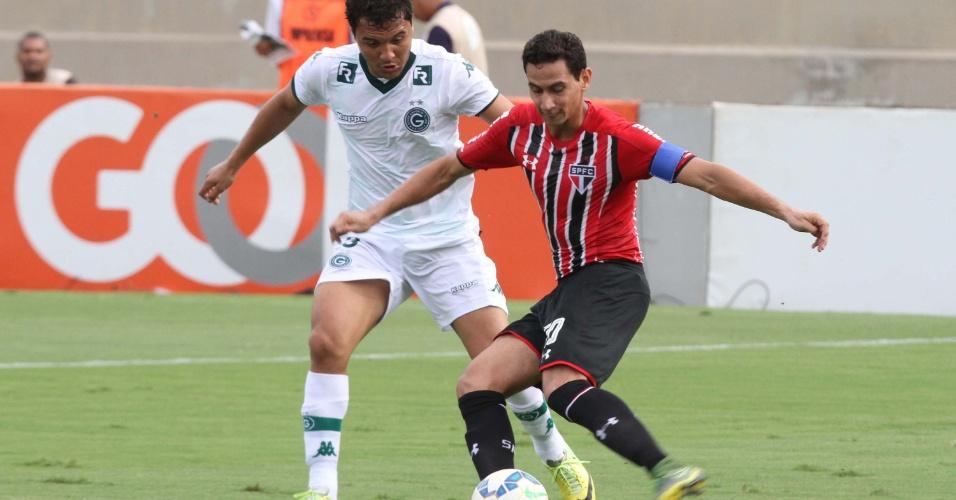 Alex Alves, do Goiás, disputa bola com Ganso, do São Paulo, neste domingo (6), pelo Campeonato Brasileiro