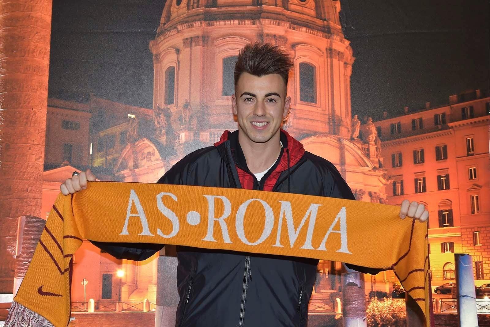 El Shaarawy posa com o cachecol da Roma antes de acertar com o clube