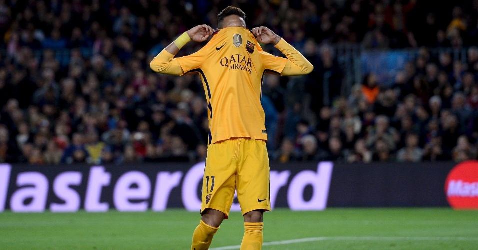 Neymar lamenta após desperdiçar jogada para o Barcelona contra o Atlético de Madri pela Liga dos Campeões
