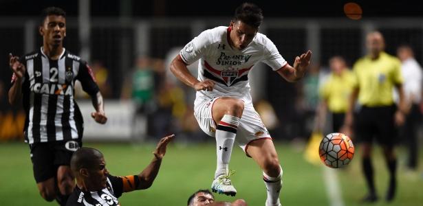 Calleri disputa bola com Leonardo Silva no jogo do São Paulo contra o Atlético-MG, na Libertadores - AFP PHOTO / DOUGLAS MAGNO