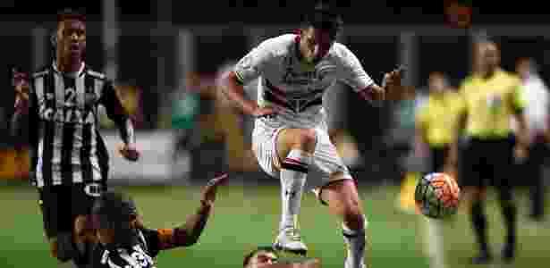 Calleri disputa bola com Leonado Silva no jogo do São Paulo contra o Atlético-MG, na Libertadores  - AFP PHOTO / DOUGLAS MAGNO - AFP PHOTO / DOUGLAS MAGNO