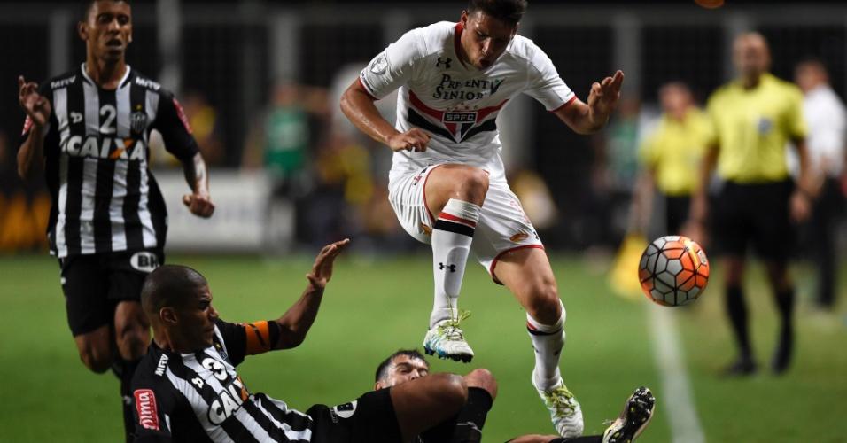 Calleri disputa bola com Leonardo Silva no jogo do São Paulo contra o Atlético-MG, na Libertadores
