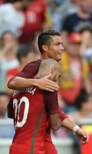 Cristiano Ronaldo e Ricardo Quaresma comemoram gol de Portugal contra Estônia
