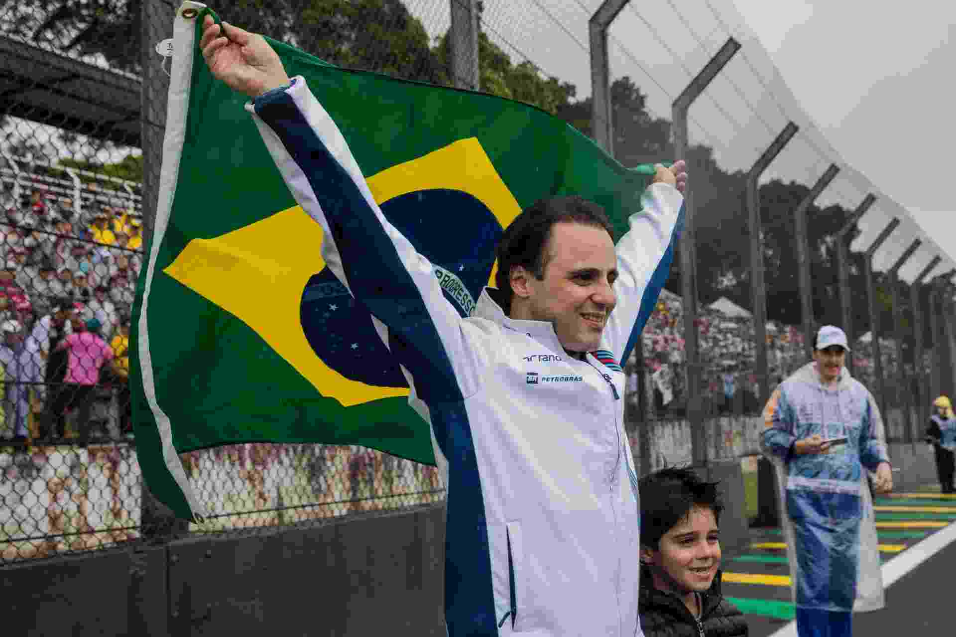 Felipe Massa abre bandeira do Brasil durante celebração com público em Interlagos - Eduardo Anizelli/Folhapress