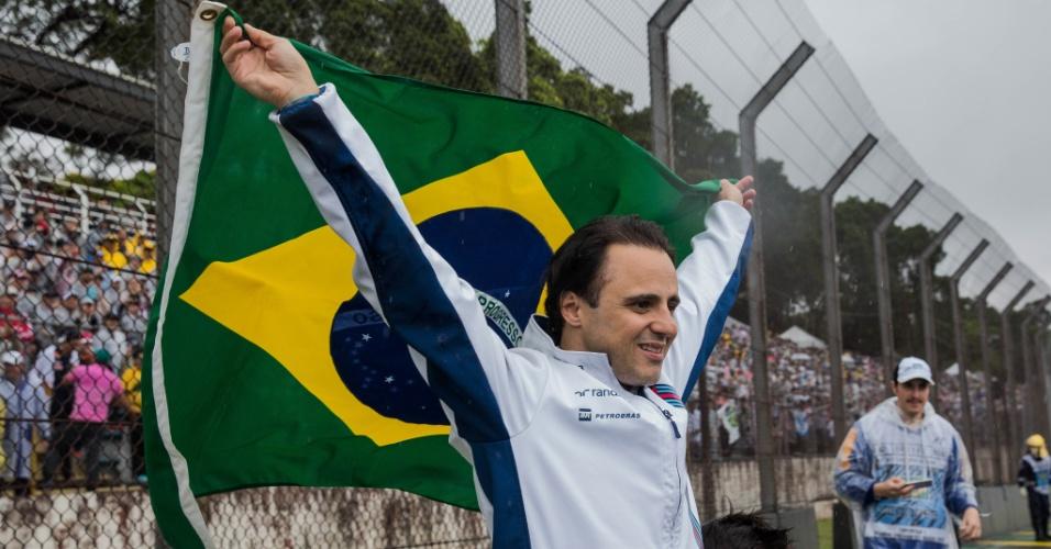 Felipe Massa abre bandeira do Brasil durante celebração com público em Interlagos