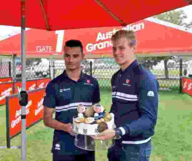 Ericsson e Wehrlein fazem bolo para a comemoração dos 25 anos da Sauber - Divulgação/Sauber