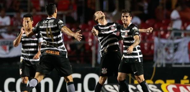 Jogadores do Corinthians celebram segundo gol marcado contra o São Paulo