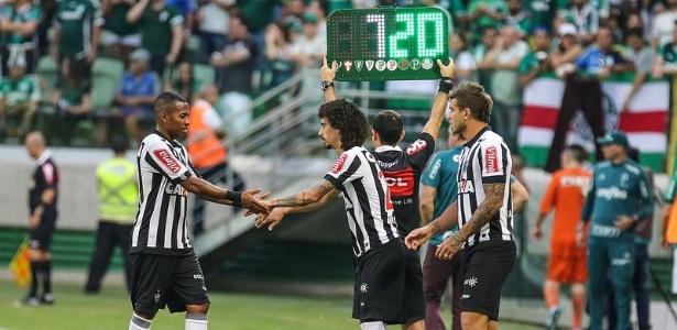 Valdívia entrou no lugar de Robinho, no empate com o Palmeiras, sua estreia pelo Atlético-MG