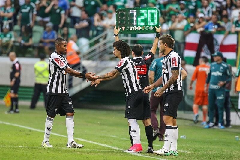 Valdívia entrou no lugar de Robinho, no empate com o Palmeiras