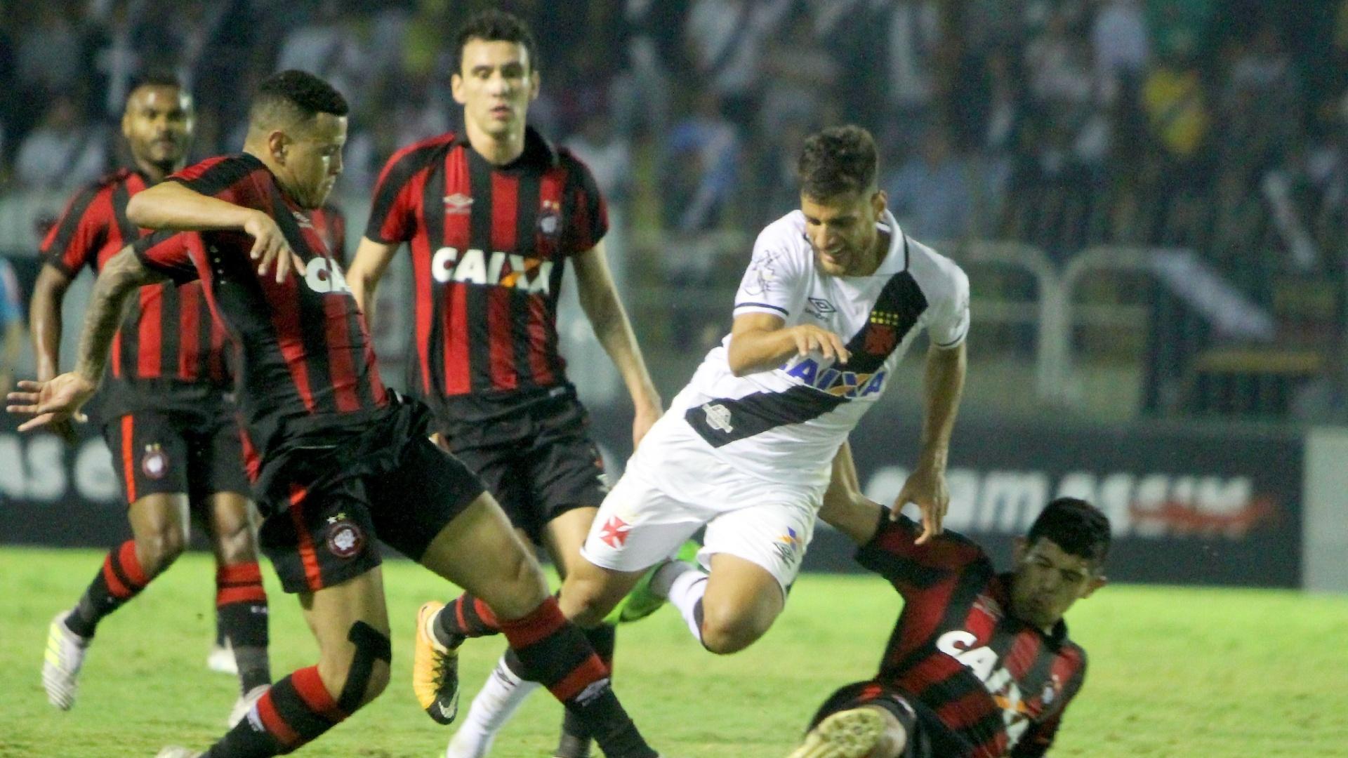 Jogadores dividem bola em Vasco x Atlético-PR pelo Campeonato Brasileiro