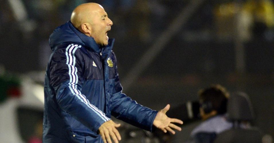 Jorge Sampaoli grita durante o duelo entre Uruguai e Argentina